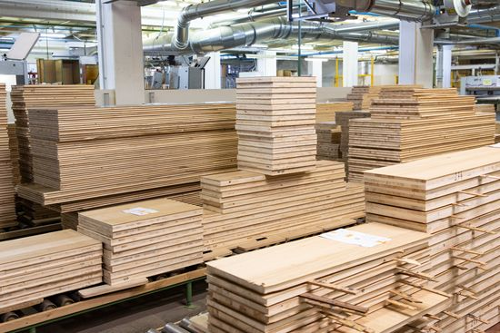 Production at Voglauer also regularly involves small lot sizes in a wide variety of materials and material thicknesses. With the LEUCO p-System, even veneered parts with a veneer overhang are joined and milled in through-feed and stationary machines.
