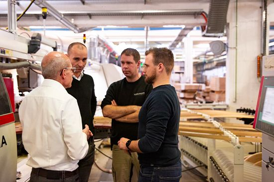 Martin Schrittwieser (Production Manager at Voglauer, 2nd from left) uses the LEUCO p-System, since he can process many materials with high quality and corresponding edge lives, thereby eliminating tool locations. Roman Edelhofer (LEUCO, left) discussing how the most varied requirements can be met with minimum expense by using flexible tools.