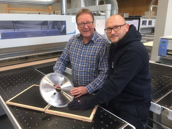 Klaus Müller (left) and Jarek Musial were the first users of this coated saw blade. They are still very satisfied with the long service lives and the rela-tively low noise level.