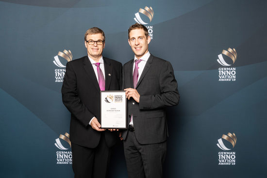 Ewald Westfal (LEUCO Technology Manager, left) and Benjamin Sitzler (developer of the AirStream system) received the WINNER award for the innovative