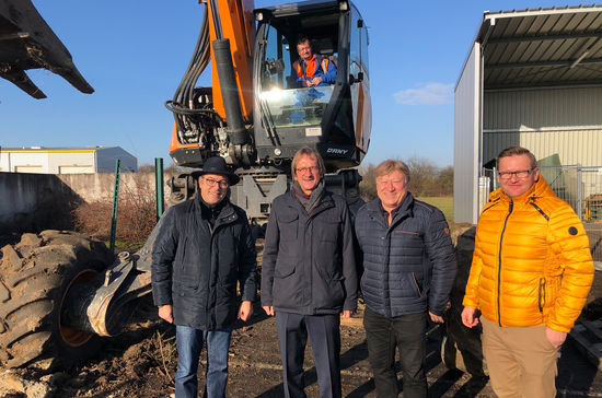 Pascal Wendel (Manager Industrial Engineering), Frank Diez (Chairman of the Management Board), Mark Meyer (Production Manager) and Luc Schildknecht (Production Manager), from left to right, began the work for the expansion project in Beinheim / France with the symbolic first spadeful of dirt.