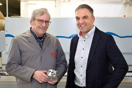 The shop fitter Ruppel has several through-feed machines. For several years, the production manager Peter Schultz (left) and the LEUCO tool expert Heiko Späth have been using the diamond-tipped SmartJointer on the edge banding machine. In the past, Schultz tried to stack batch sizes with the same panel thickness in front of the machine and to process them according to the different thicknesses. The use of the SmartJointer now allows them to process the materials flexibly and promptly according to their need in production.