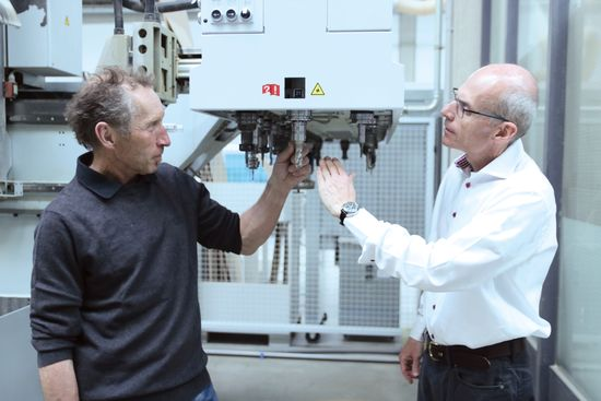 With the TRIBOS clamping tool, LEUCO's new DIAREX cutter with a large shear angle achieves high-precision concentricity on the CNC machine. Franz Hausmann (left), Roman Edelhofer
