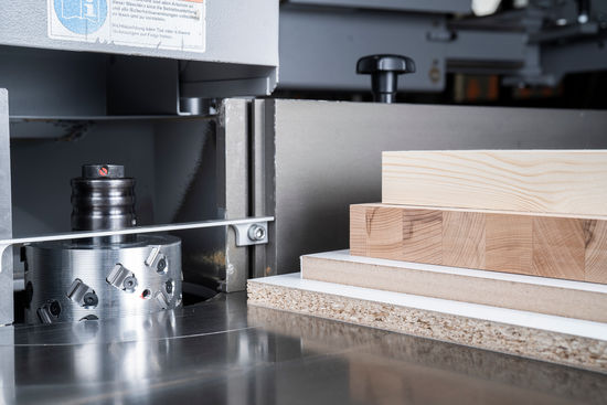The 35° axis angle enables the diamond-tipped SmartJointer to joint solid wood and wood-based materials without chipping. The diamond tips also mean longer edge lives.